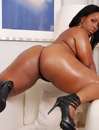 African girls show their pleasing biggest bums